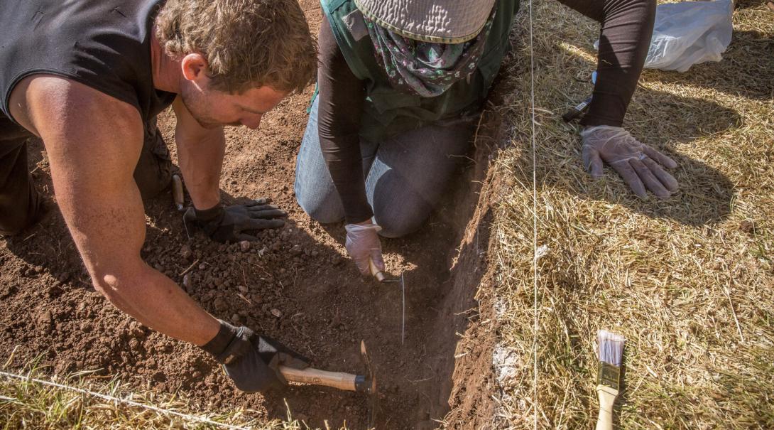Volontär hjälper till på en utgrävning i Peru på dennes volontärresa utomlands.